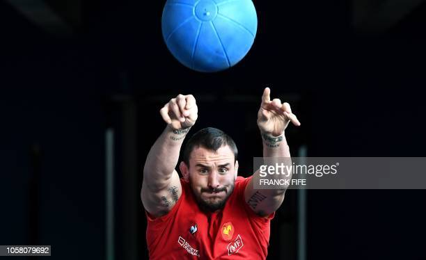 Frances N°8 Louis Picamoles grimaces as he takes part in a indoor training session on November 6, 2018 in Marcoussis, south of Paris, as part of the...