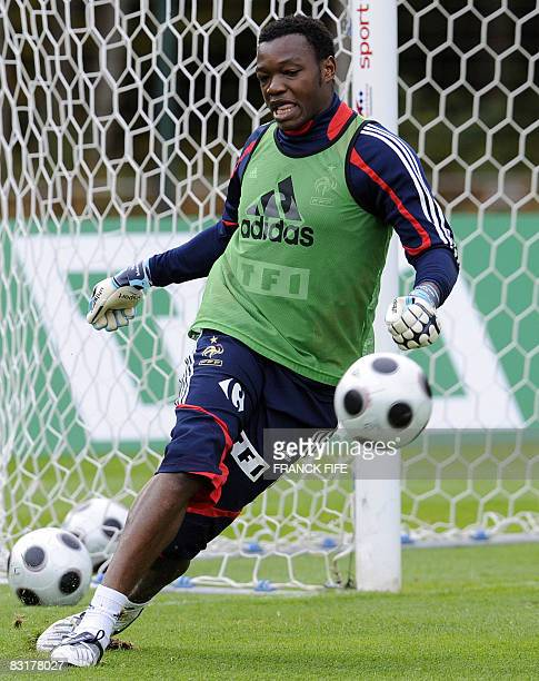 France's national football team goalkeeper Steve Mandanda practices during a training session on October 08, 2008 in Clairefontaine, southern Paris,...