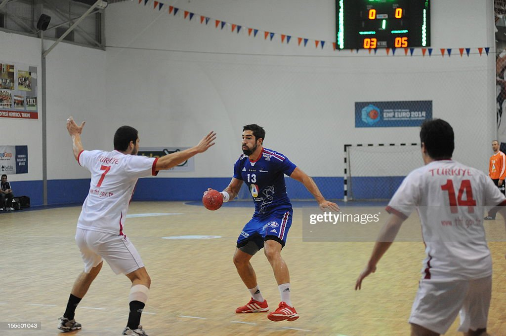 France's Nikola Karabatic (C) fights for the ball on November 4, 2012 during a Euro 2014 qualifying match against Turkey in Mersin.
