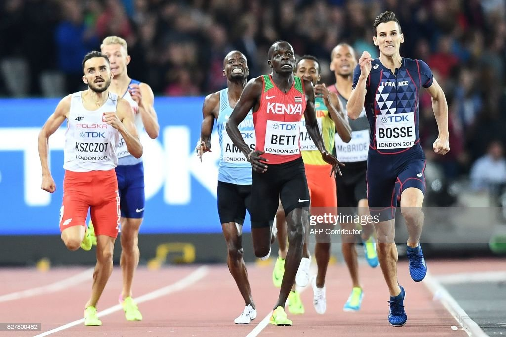 TOPSHOT - France's Pierre-Ambroise Bosse (R) beats Poland's Adam Kszczot (L) and Kenya's Kipyegon Bett in the final of the men's 800m athletics event at the 2017 IAAF World Championships at the London Stadium in London on August 8, 2017. / AFP PHOTO / Jewel SAMAD