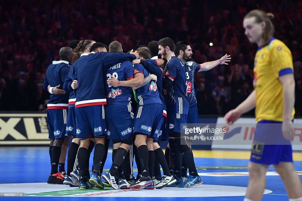 TOPSHOT - France's players celebrate after winning the 25th IHF Men's World Championship 2017 quarter final handball match France vs Sweden on January 24, 2017 at the Pierre-Mauroy stadium in Villeneuve d'Ascq. / AFP / Philippe HUGUEN