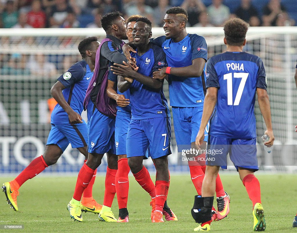 France's players celebrate winning the Under 19 Football European Championships final match France vs Italy in Sinsheim, southern Germany, on July 24, 2016. / AFP / DANIEL