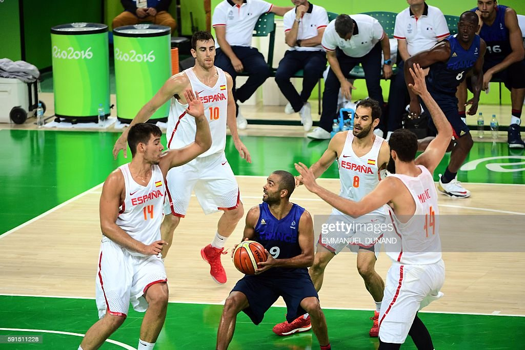 TOPSHOT - France's point guard Tony Parker (C) is cornered by (From L) Spain's centre Willy Hernangomez, Spain's small forward Victor Claver, Spain's point guard Jose Manuel Calderon and Spain's power forward Nikola Mirotic during a Men's quarterfinal basketball match between Spain and France at the Carioca Arena 1 in Rio de Janeiro on August 17, 2016 during the Rio 2016 Olympic Games. / AFP / EMMANUEL