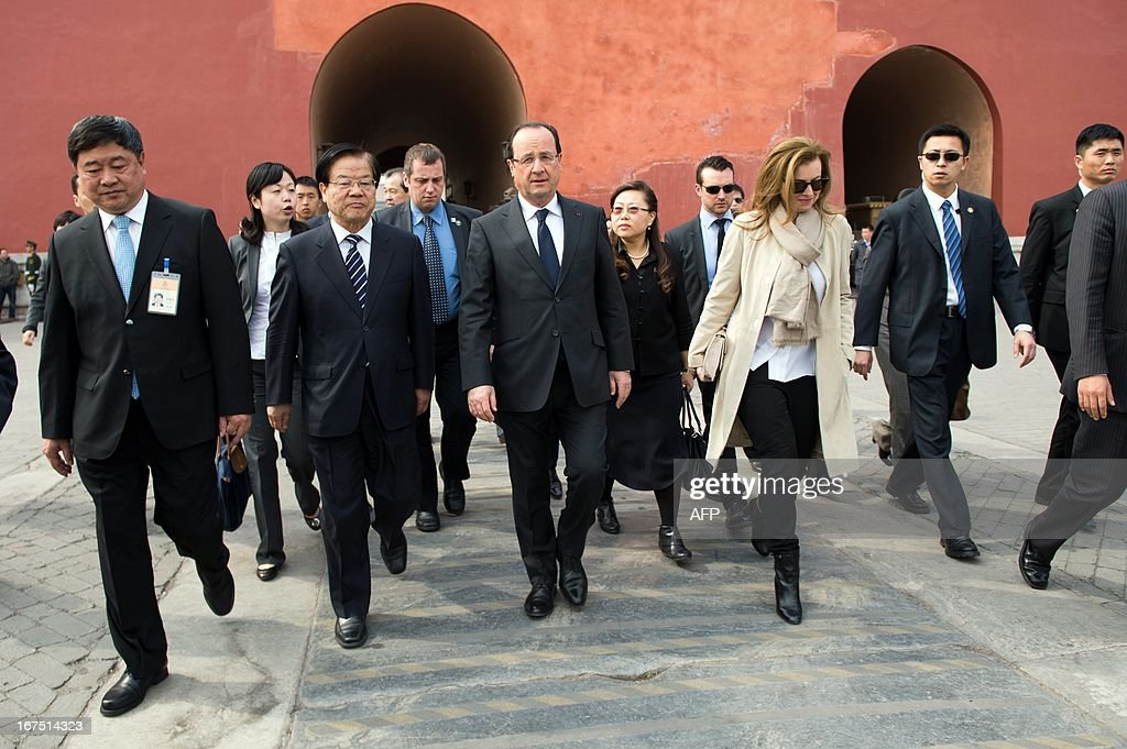 France's President Francois Hollande (C) and his partner Valerie Trierweiler (3rd R) visit the Forbidden City as part of a two-day visit in Beijing on April 26, 2013. Hollande arrived in Beijing on April 25 for a two-day China trip aimed at boosting exports to China, with hopes that deals can be reached over the sale of aircraft and nuclear power.
