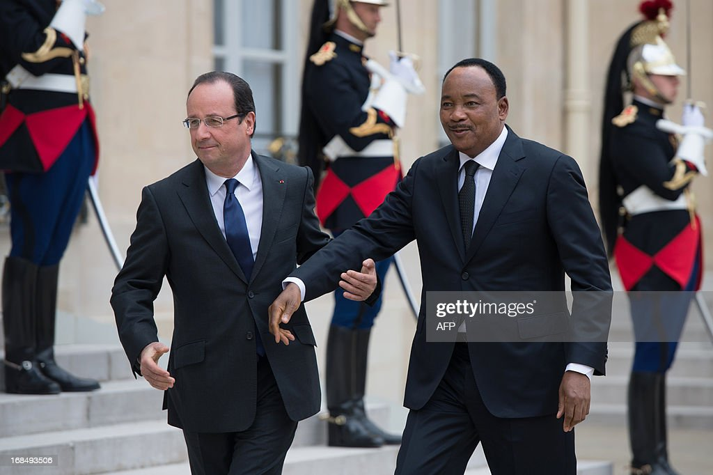 France's President Francois Hollande (L) welcomes President of Niger Mahamadou Issoufou to attend a meeting at the Elysee presidential palace in Paris on May 10, 2013.