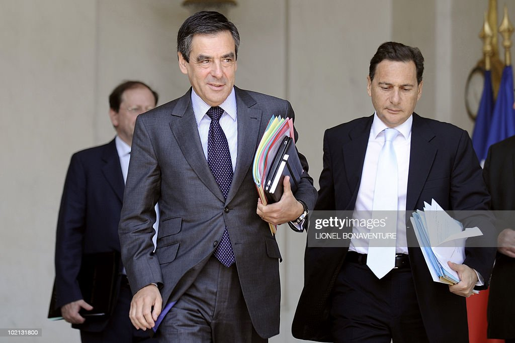 France's Prime Minister Francois Fillon (C) and Immigration Minister Eric Besson leave the Elysee presidential palace at the end of the weekly cabinet meeting on June 16, 2010 in Paris.