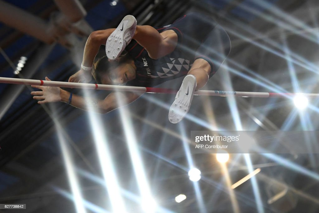 France's Renaud Lavillenie competes in the final of the men's pole vault athletics event at the 2017 IAAF World Championships at the London Stadium in London on August 8, 2017. / AFP PHOTO / Kirill KUDRYAVTSEV