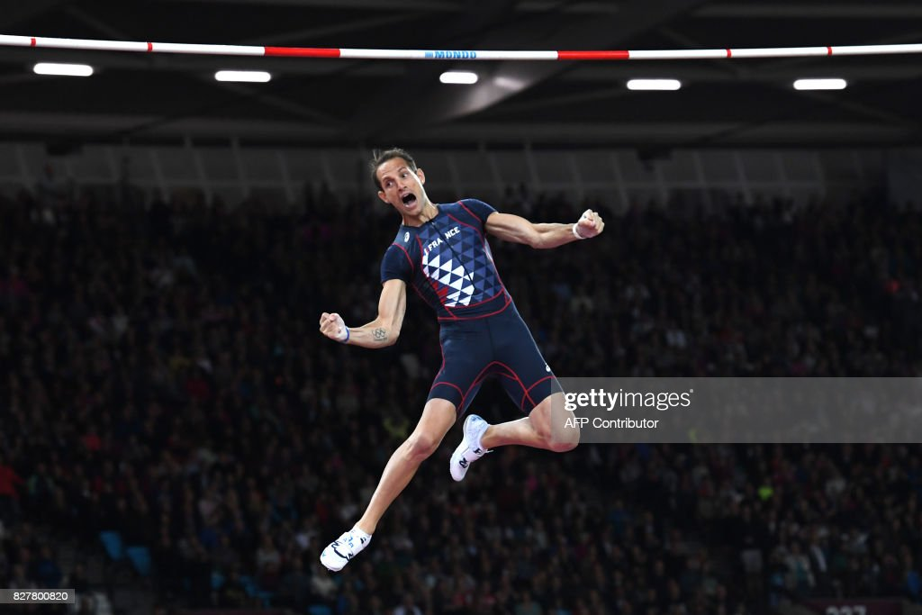 TOPSHOT - France's Renaud Lavillenie competes in the final of the men's pole vault athletics event at the 2017 IAAF World Championships at the London Stadium in London on August 8, 2017. / AFP PHOTO / Kirill KUDRYAVTSEV