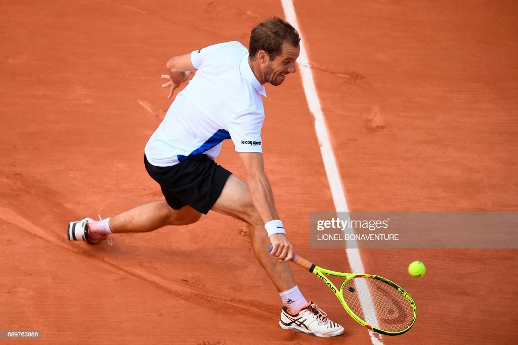 France's Richard Gasquet returns the ball to Belgium's Arthur De Greef during their tennis match at the Roland Garros 2017 French Open on May 29, 2017 in Paris. / AFP PHOTO / Lionel BONAVENTURE