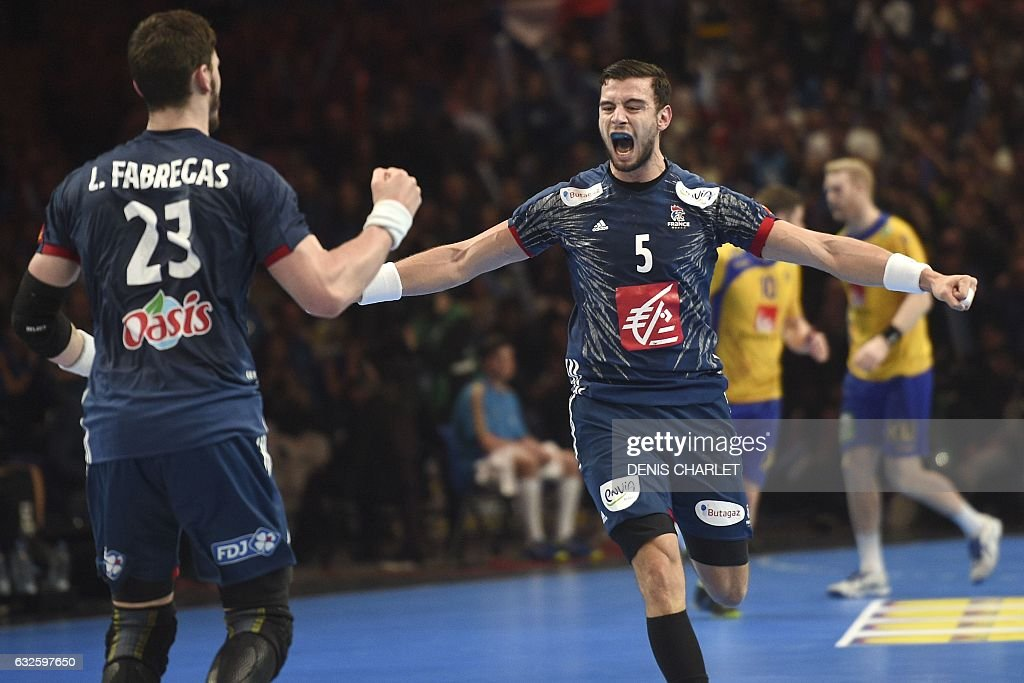 TOPSHOT - France's right back Nedim Remili (R) celebrates a goal during the 25th IHF Men's World Championship 2017 quarter final handball match France vs Sweden on January 24, 2017 at the Pierre-Mauroy stadium in Villeneuve d'Ascq. / AFP / DENIS