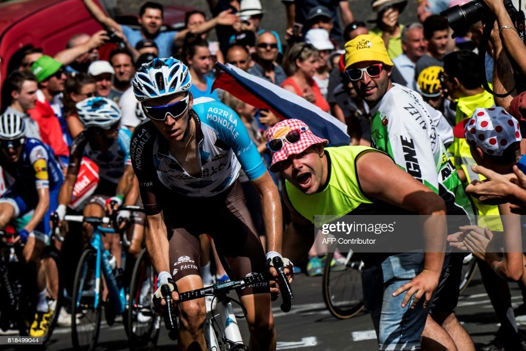 TOPSHOT - France's Romain Bardet (C) rides in a breakaway past supporters cheering during the 189,5 km fifteenth stage of the 104th edition of the Tour de France cycling race on July 16, 2017 between Laissac-Severac l'Eglise and Le Puy-en-Velay. / AFP PHOTO / Jeff PACHOUD