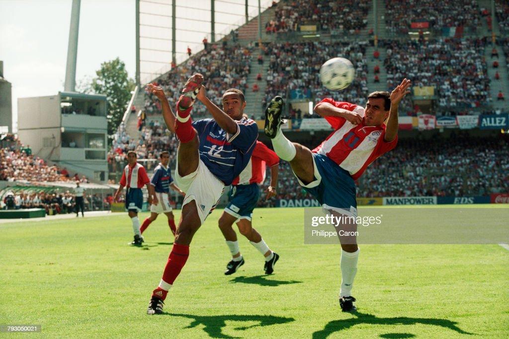 Soccer - 1998 World Cup - Round of 16 - France vs Paraguay : Fotografía de noticias