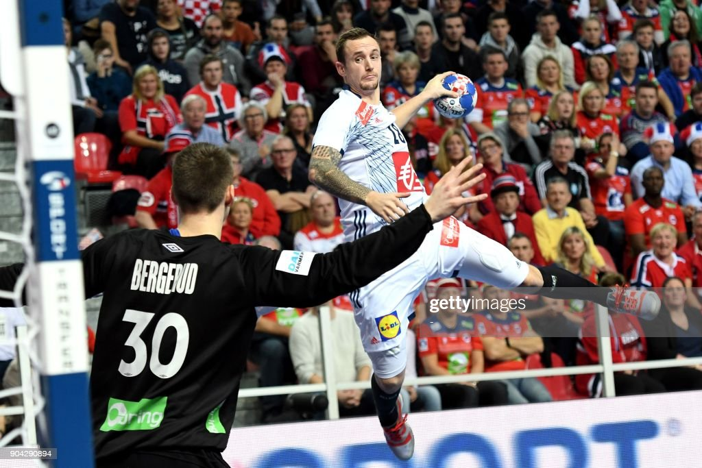 France's Valentin Porte (R) shoots on goal in front of Norway's goalkeeper Torbjorn Bergerud during the preliminary round group B match of the Men's 2018 EHF European Handball Championship between France and Norway in Porec, Croatia on January 12, 2018. /