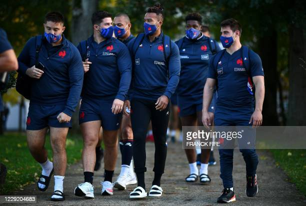 France's wing Teddy Thomas arrives with teammates for a training session on October 21 2020 in Marcoussis south of Paris as part of the preparation...