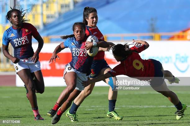 France's Yolaine Yengo outruns Spain's Laura Lorenzo during the women's Rugby Sevens Grand Prix Series match between France and Spain in Kazan on...