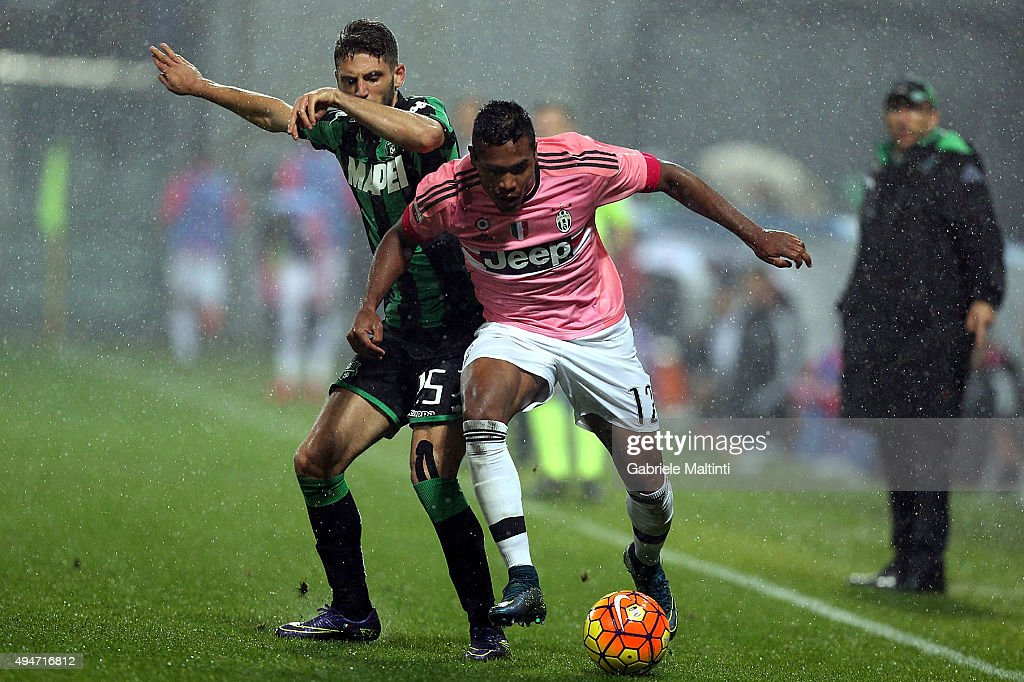 Francesco Acerbi of US Sassuolo Calcio battles for the ball with Alex Sandro of Juventus FC during the Serie A match between US Sassuolo Calcio and Juventus FC at Mapei Stadium - Città del Tricolore on October 28, 2015 in Reggio nell'Emilia, Italy.