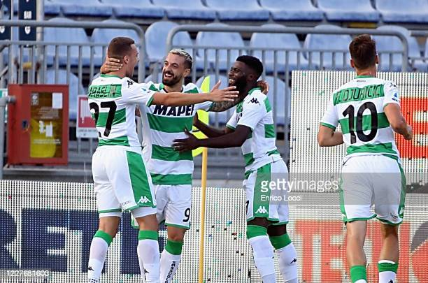Francesco Caputo of Sassuolo celebrates with teammates after scoring goal 01 during the Serie A match between Cagliari Calcio and US Sassuolo at...