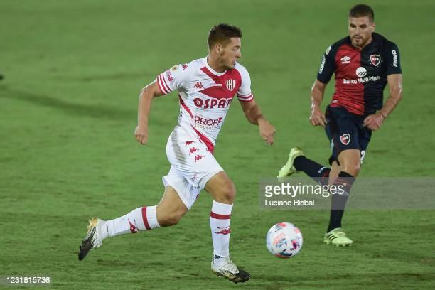Francesco Gerometta of Unión runs with the ball during a match between Newell's Old Boys and Unión as part of Copa de la Liga Profesional 2021 at...