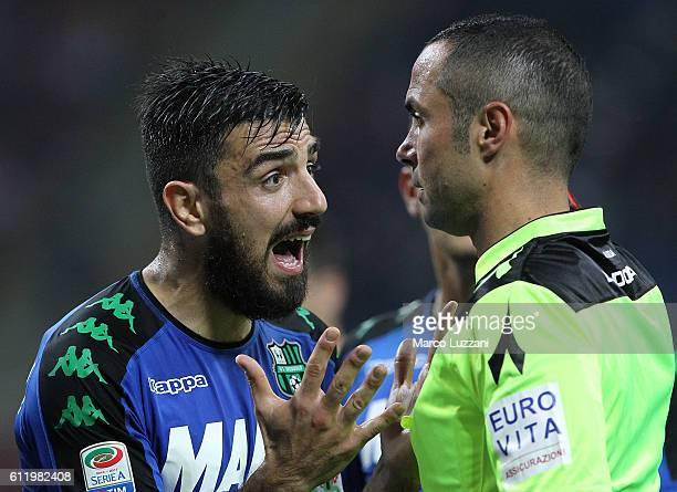 Francesco Magnanelli of US Sassuolo Calcio disputes with Referee Marco Guida during the Serie A match between AC Milan and US Sassuolo at Stadio...