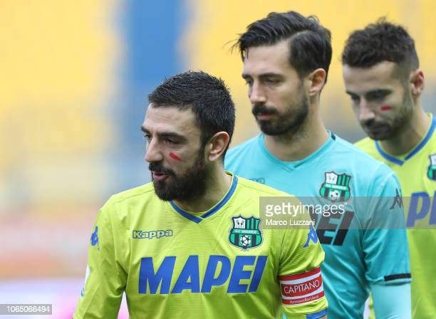 Francesco Magnanelli of US Sassuolo show the red mark on the face to support the campaign Un Rosso Alla Violenza before the Serie A match between...