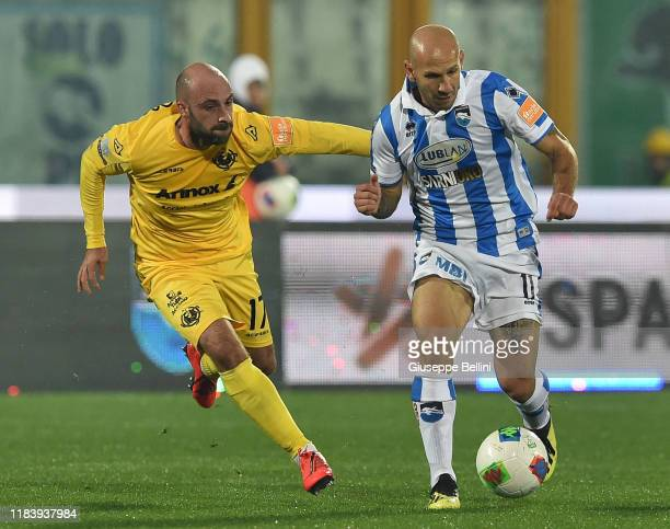 Francesco Migliore of US Cremonese and Cristian Galano of Pescara Calcio in action during Serie B match between Pescara Calcio and US Cremonese at...