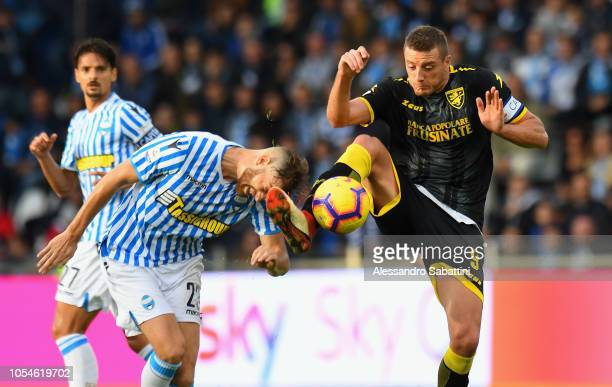 Francesco Vicari of Spal competes for the ball with Daniel Ciofani of Frosinone Calcio during the Serie A match between SPAL and Frosinone Calcio at...