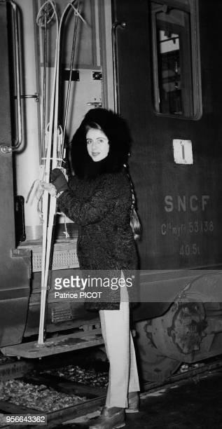 Francine Breaud prend le train en gare de Lyon pour aller au ski en janvier 1956 Paris France