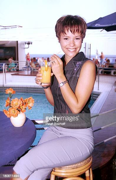 Francine Jordi MS Astor MittelmeerKreuzfahrt Decksrundgang Meer Pool Barhocker Erfrischungsgetränk