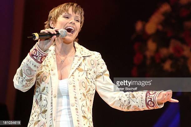 Francine Jordi Die Superhitparade der Volksmusik Magdeburg Bördelandhalle Sängerin singen Mikrophon Bühne Auftritt Promis Prominente Prominenter