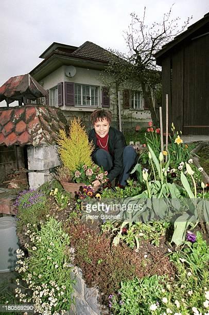 Francine Jordi, Homestory, Berner Oberland, Schweiz, Garten, Gartenarbeit, gärtnern, Blumen, Pflanzen, Stiefmütterchen,