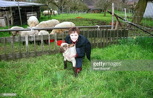 Francine Jordi Homestory Berner Oberland Schweiz Lamm Bauernhof Schafe