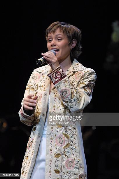 Francine Jordi MDRShow Stefans Tourneegeplauder über die Superhitparade der Volksmusik Köln Sängerin Mikrofon Auftritt Bühne singen PNr144/2004 LK...
