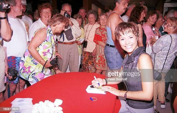 """Francine Jordi, Mittelmeer-Kreuzfahrt, MS """"Astor"""", Schiff, Autogramm, Autogramm-Karten, Zuschauer, Hobby-Fotografen, Autogramme schreiben,"""