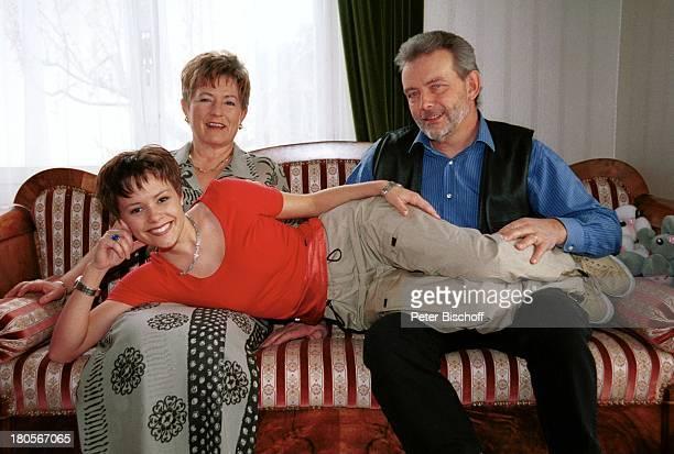 Francine Jordi , Mutter Margrit Jordi, Vater Franz Jordi, Homestory, Berner Oberland, Schweiz, Sofa, Wohnzimmer, Kanapez,