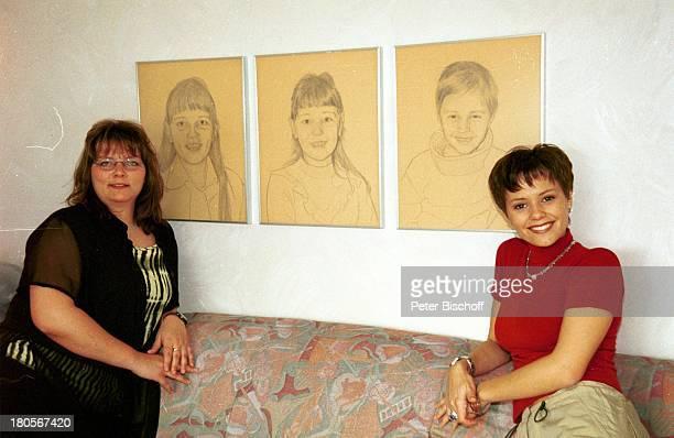 Francine Jordi Schwester Nicole Jordi Homestory Berner Oberland Schweiz Kohlezeichnungen Wohnzimmer Sofa