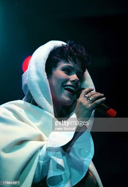Francine Jordi Weihnachtsfest derVolksmusik Tournee Stadthalle BremenBühne Sängerin MikrofonWeihnachtsmannKostüm Advent