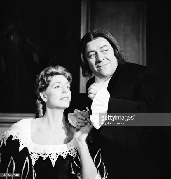 Francis Blanche et Madeleine Robinson dans une scène de la pièce de Molière pendant la répétion générale à Paris France le 9 février 1961