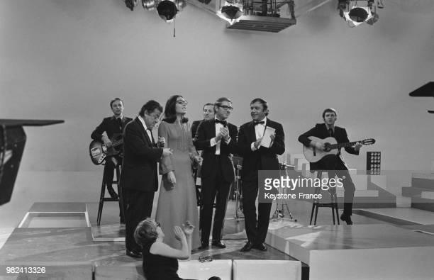 Francis Blanche Nana Mouskouri Jean Poiret et JeanMarc Thibault lors des répétitions de l'émission télévisée 'La grande bousculade' aux studios des...