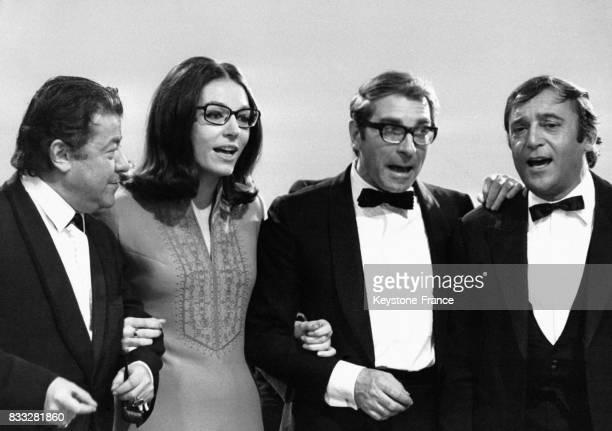 Francis Blanche Nana Mouskouri Jean Poiret et JeanMarc Thibault répétant une chanson pour l'émission de 'la Grande Farandole' de Maritie et Gilbert...