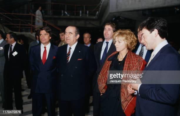 Francis Bouygues et ses partenaires rachètent la chaine de télévision française TF1. Ici de gauche à droite : Bernard Tapie, Francis Bouygues,...