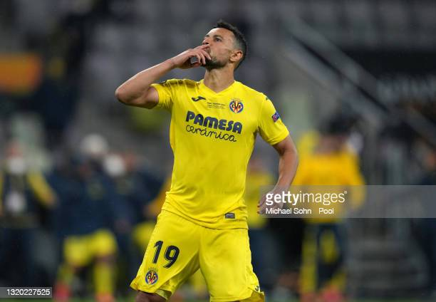 Francis Coquelin of Villarreal celebrates as they score their team's eighth penalty in the penalty shoot out past David de Gea of Manchester United...