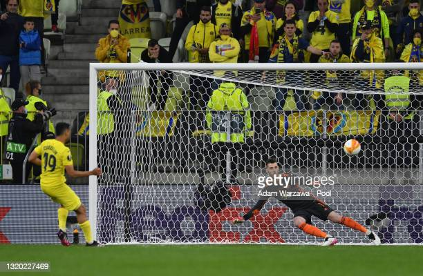 Francis Coquelin of Villarreal scores their team's eighth penalty in the penalty shoot out past David de Gea of Manchester United during the UEFA...
