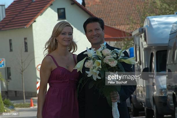 Francis FultonSmith Ehefrau Verena Klein neben den Dreharbeiten zur ARDSerie Familie DrKleist 3 Staffel Hochzeit Kirche in Möhra bei Eisenach...