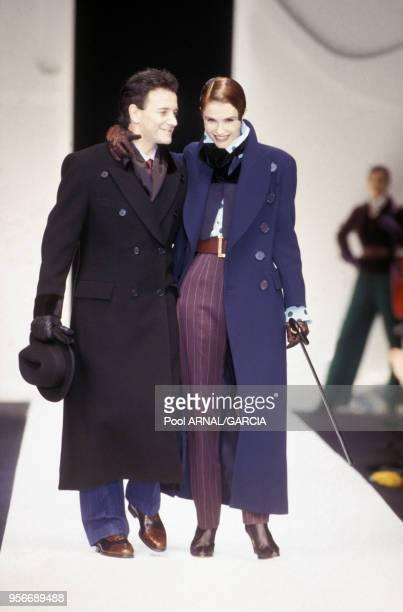 Francis Huster et Alessandra Martines défilent pour la maison Dior en mars 1993 à Paris France