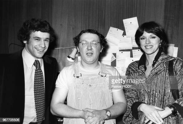 Francis Perrin et Annie Duperey félicitent Coluche après sa 1ère à l'Olympia le 19 février 1975 à Paris France