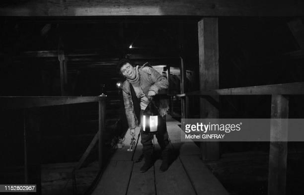 Francis Perrin lors du tournage de 'Quasimodo' dans des lieux interdits au public de la cathédrale NotreDame de Paris le 28 janvier 1974 France
