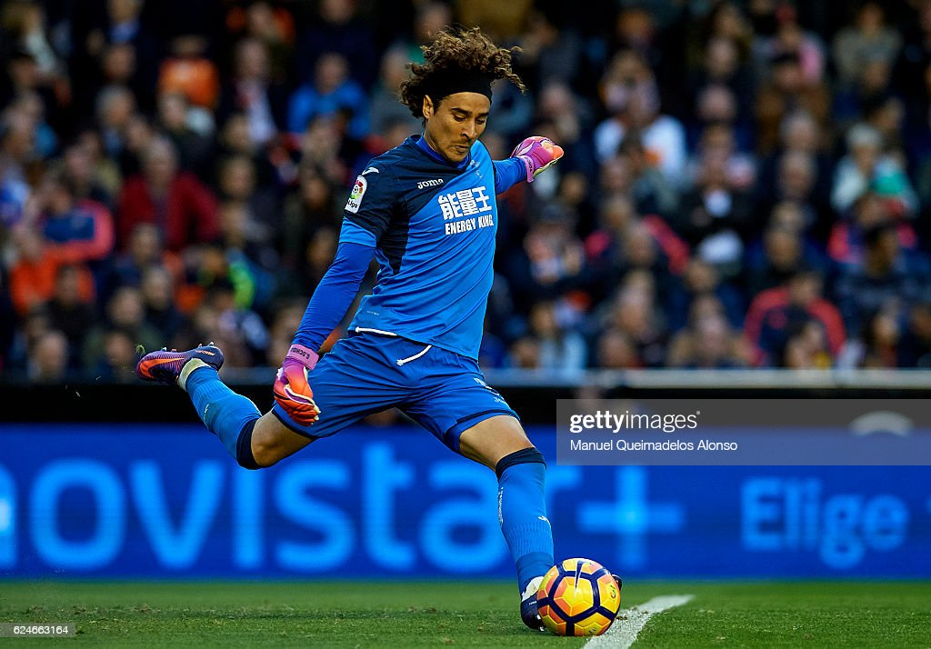 Francisco Guillermo Ochoa of Granada in action during the La Liga match between Valencia CF and Granada CF at Mestalla Stadium on November 20, 2016 in Valencia, Spain.