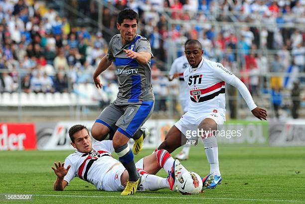 Francisco Pizarro of Chilean Universidad Catolica vies for the ball with Wellington and Toloi of Brazilian Sao Paulo during their 2012 Copa...