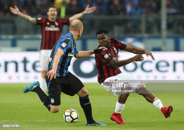 Franck Kessie of AC Milan cis challenged by Andrea Masiello of Atalanta BC during the serie A match between Atalanta BC and AC Milan at Stadio Atleti...