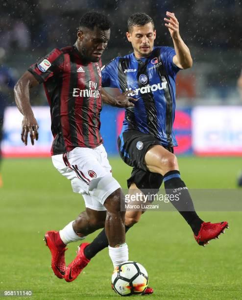 Franck Kessie of AC Milan is challenged by Remo Freuler of Atalanta BC during the serie A match between Atalanta BC and AC Milan at Stadio Atleti...